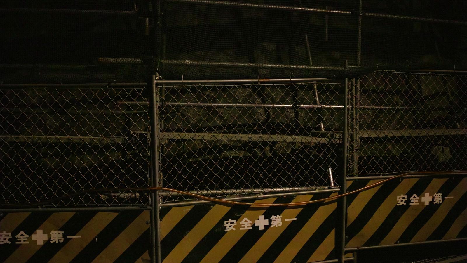「夜間の工事現場(安全第一)」の写真