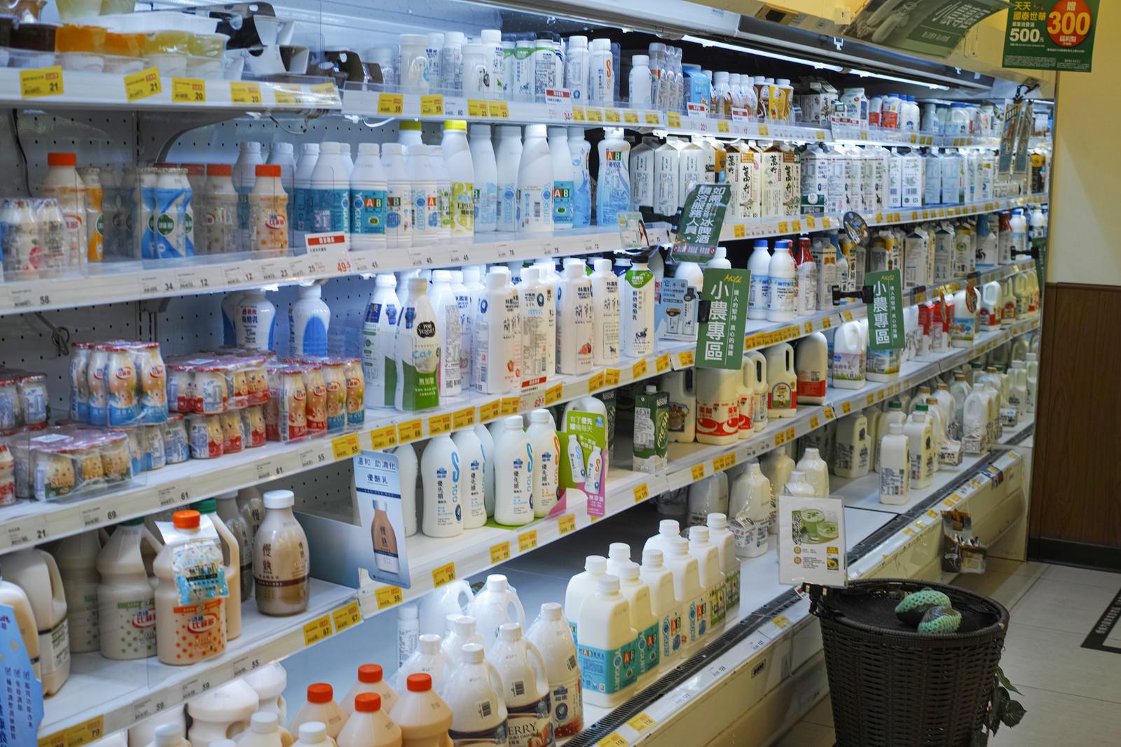 「台湾のコンビニ(乳飲料売場)」の写真