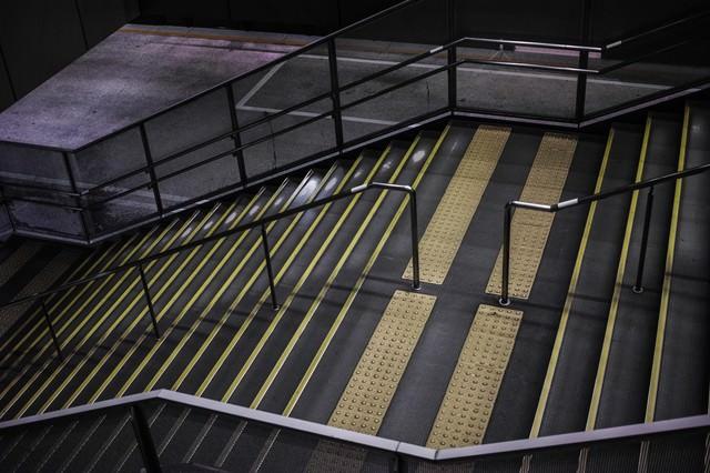 誰もいない夜の階段の写真