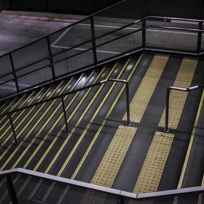 「誰もいない夜の階段」の写真素材