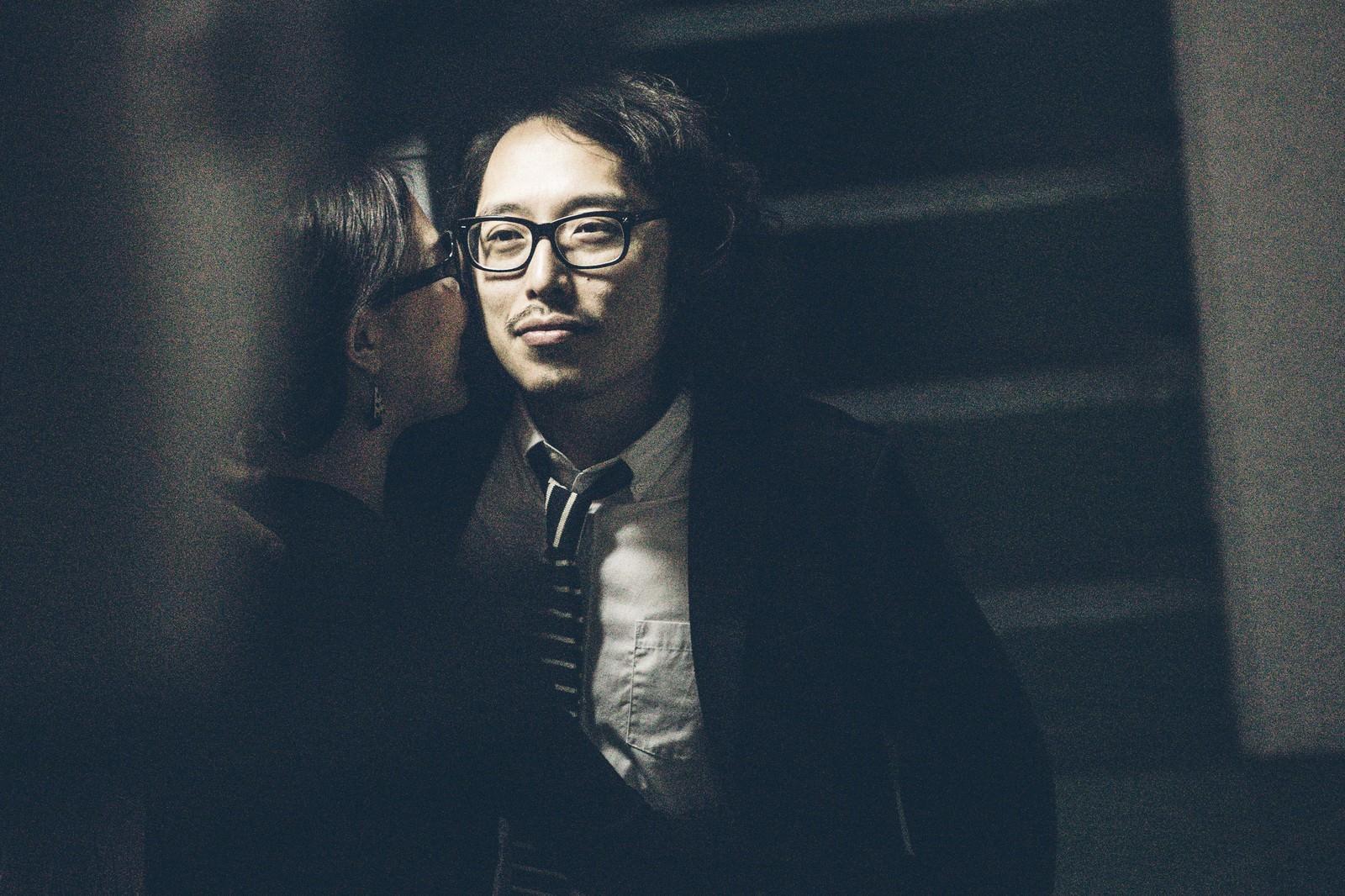 「デスマ中に愛人と密会する死んだ目のエンジニア」の写真[モデル:ゆうせい]