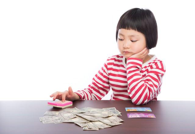 今年の控除額を計算する子供の写真