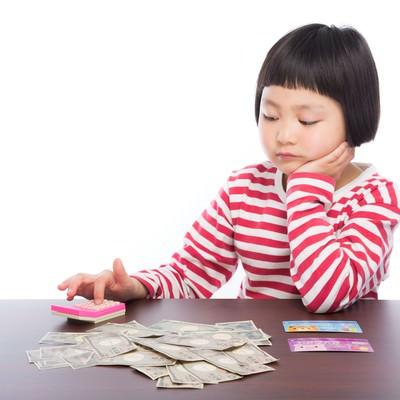 「今年の控除額を計算する子供」の写真素材