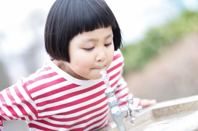 公園の水飲み場と前髪パッツン少女の写真