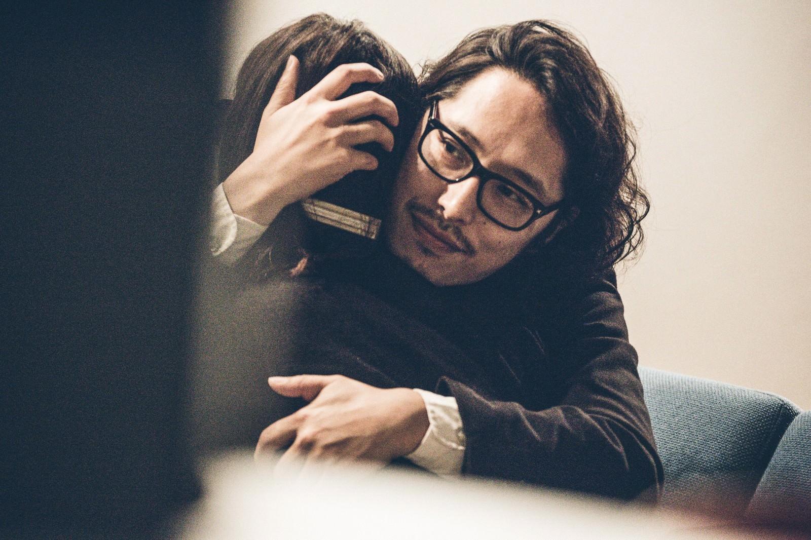 「離婚を先延ばしにするために抱きしめる計画通りの男性」の写真[モデル:ゆうせい]