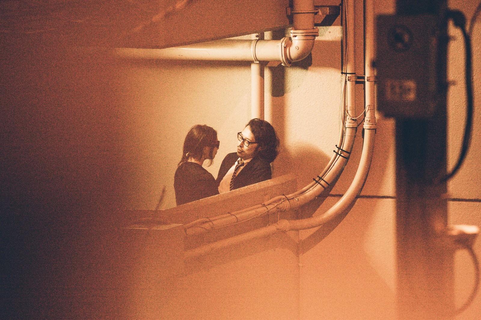 「非常階段で非常事態の男女」の写真[モデル:ゆうせい]