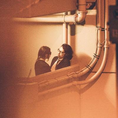 「非常階段で非常事態の男女」の写真素材