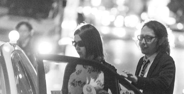 「タクシーでお持ち帰りの瞬間」のフリー写真素材