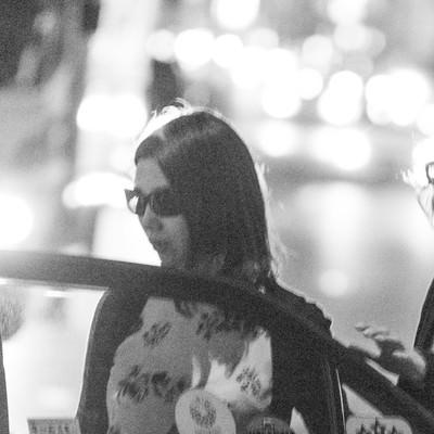 「タクシーでお持ち帰りの瞬間」の写真素材