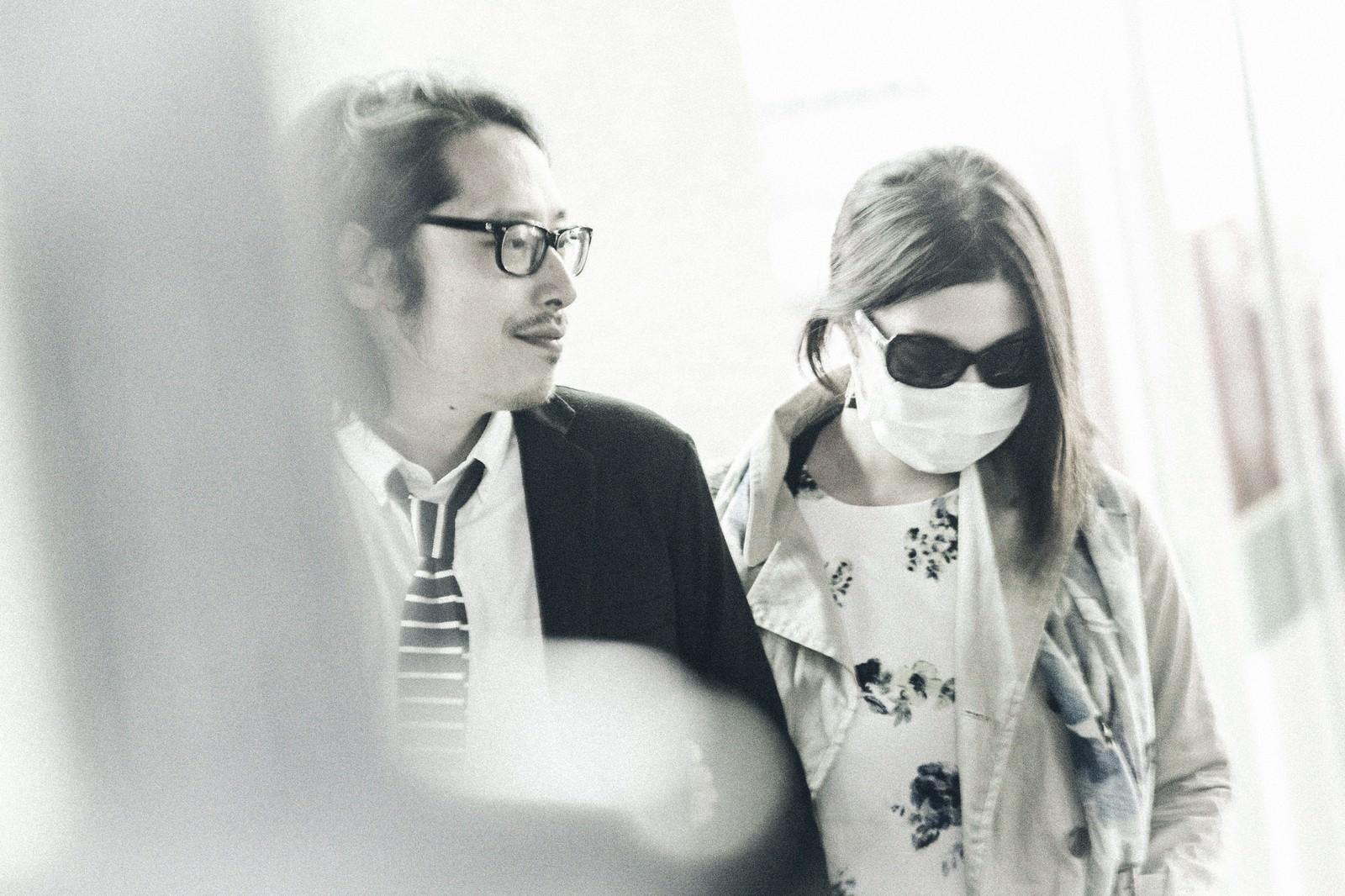 「コンビニから出てくるサングラスとマスクを着用した芸能人との熱愛現場」の写真[モデル:ゆうせい]