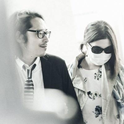 コンビニから出てくるサングラスとマスクを着用した芸能人との熱愛現場の写真
