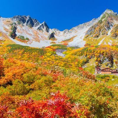 「日本一の紅葉と言われる北アルプス涸沢カールのピーク」の写真素材