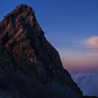 「日没後の残光に淡く照らされた槍ヶ岳」の写真素材