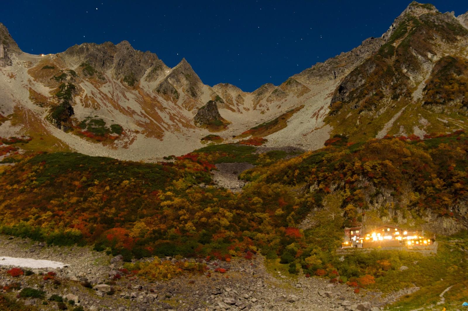 「星がまたたく紅葉シーズンの涸沢カールの夜」の写真