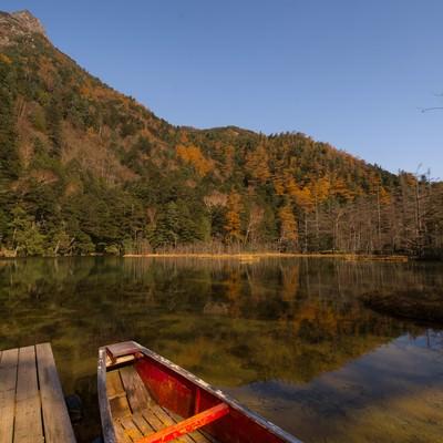 「晩秋の上高地・明神池」の写真素材
