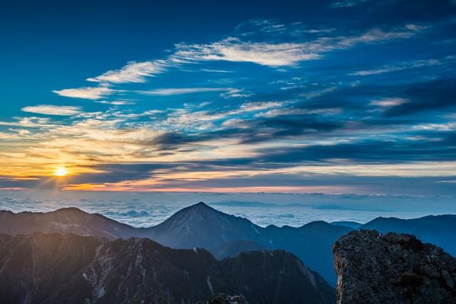 槍ヶ岳で迎える北アルプスの夜明けの写真