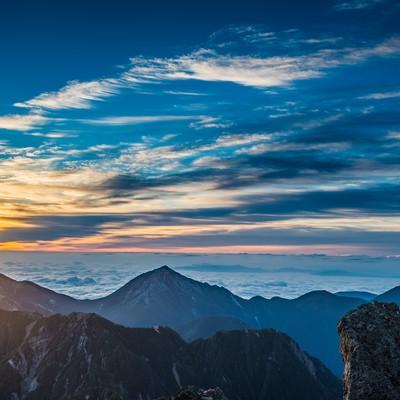 「槍ヶ岳で迎える北アルプスの夜明け」の写真素材