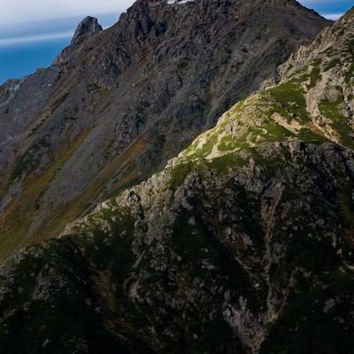 「槍ヶ岳山頂と槍ヶ岳山荘」の写真素材