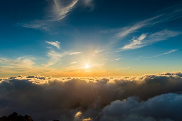 槍ヶ岳頂上から見渡す限りの雲海と深い青空の写真