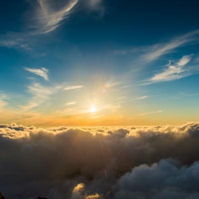 「槍ヶ岳頂上から見渡す限りの雲海と深い青空」の写真素材