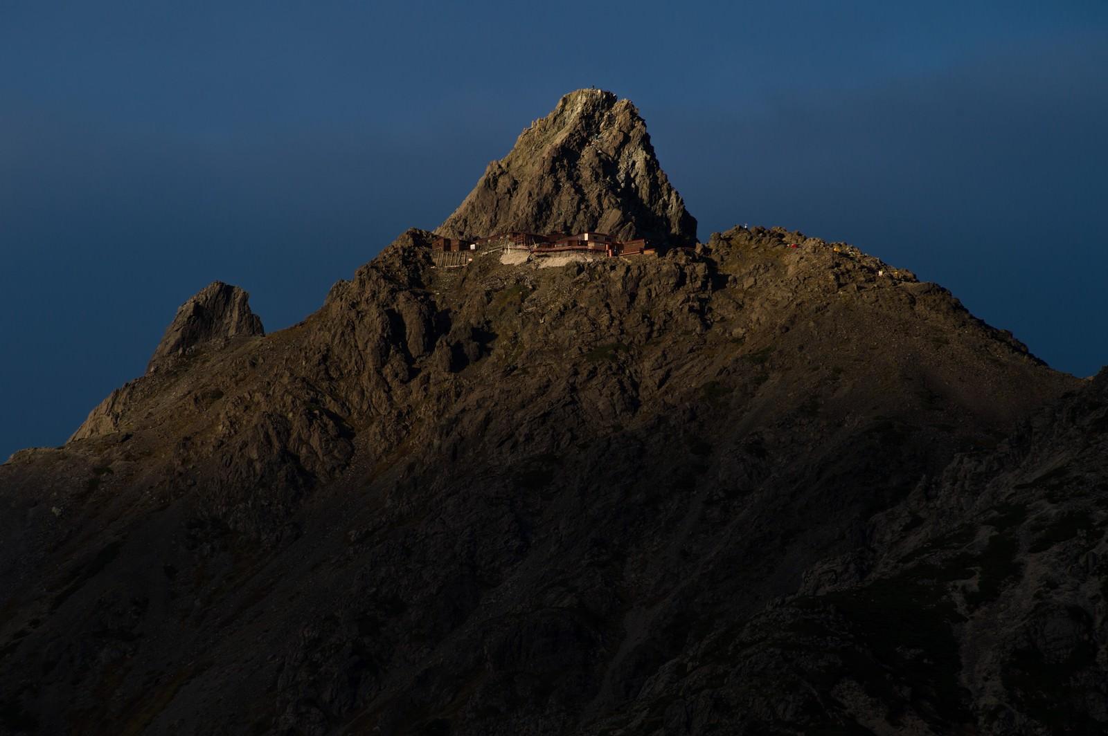 「標高3000mにある北アルプスの槍ヶ岳山荘標高3000mにある北アルプスの槍ヶ岳山荘」のフリー写真素材を拡大