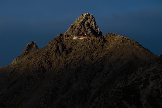 標高3000mにある北アルプスの槍ヶ岳山荘の写真