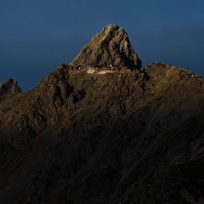 「標高3000mにある北アルプスの槍ヶ岳山荘」の写真素材