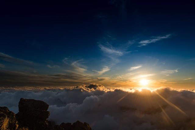 標高3000mを超える北アルプスの夕暮れと雲海の写真