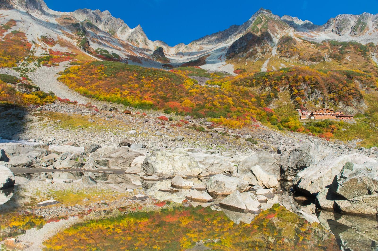 「水面に写る涸沢カールの紅葉」の写真