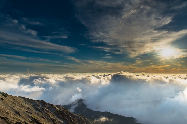 「美しい夕日と雲海に彩られた飛騨乗越」のフリー写真素材