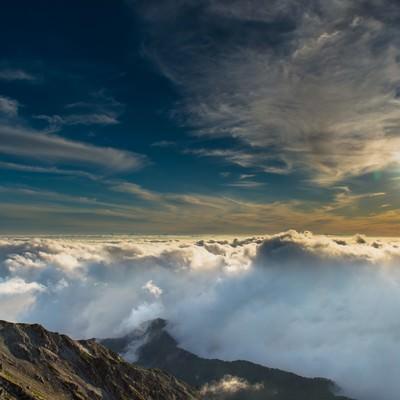 「美しい夕日と雲海に彩られた飛騨乗越」の写真素材