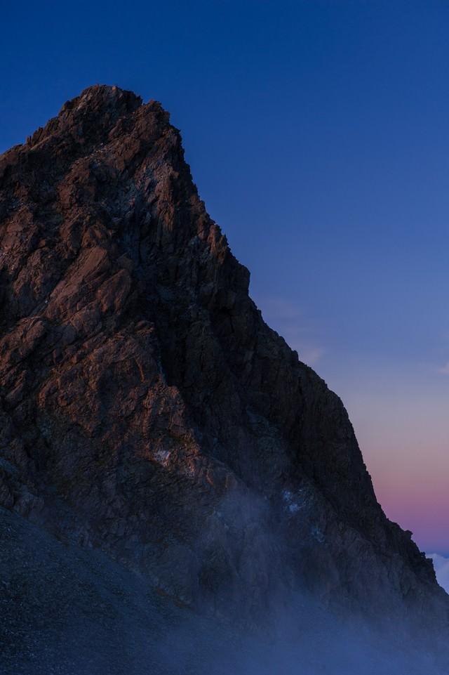 「霧に覆われた幻想的な槍ヶ岳」のフリー写真素材