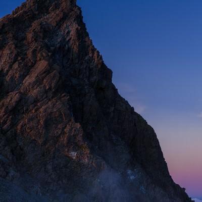 「霧に覆われた幻想的な槍ヶ岳」の写真素材