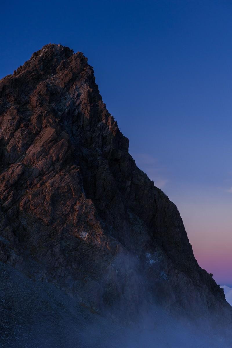 「霧に覆われた幻想的な槍ヶ岳」の写真