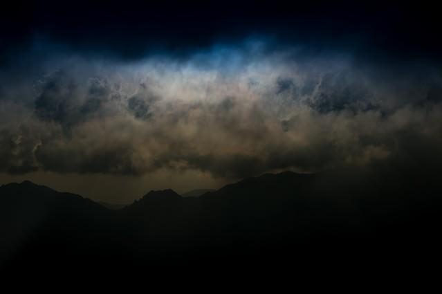 危険な雲行きの北アルプスの写真