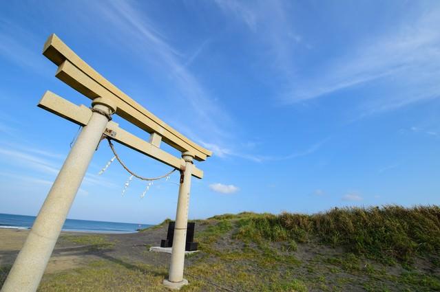 東浪見海岸に佇む東浪見の鳥居(千葉県一宮町)の写真