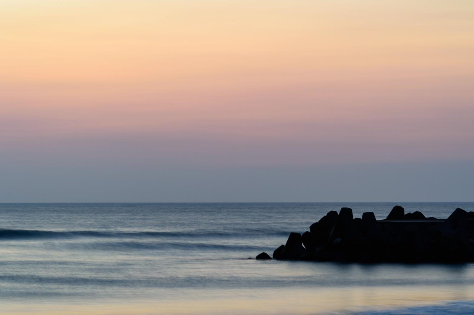 「一宮海岸の朝焼けと防波堤(千葉県一宮町)」の写真