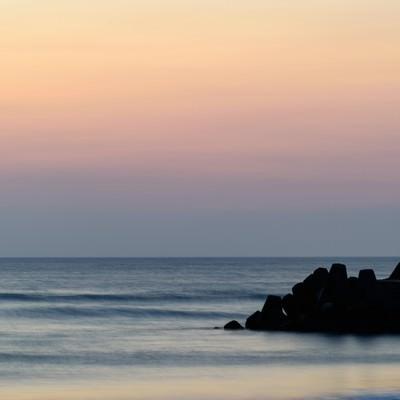 一宮海岸の朝焼けと防波堤(千葉県一宮町)の写真