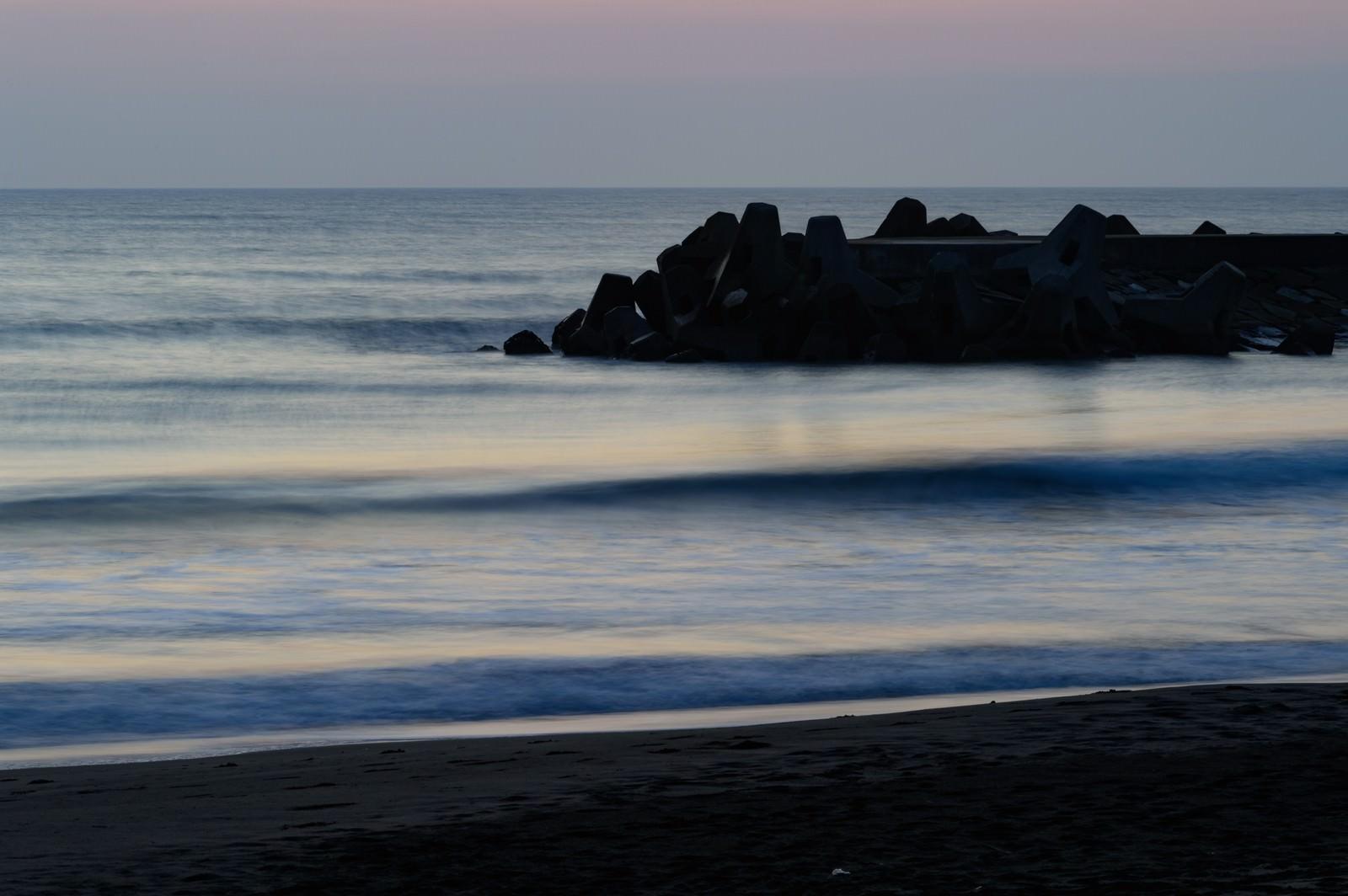 「静寂に包まれる一宮海岸と波消しブロック」の写真