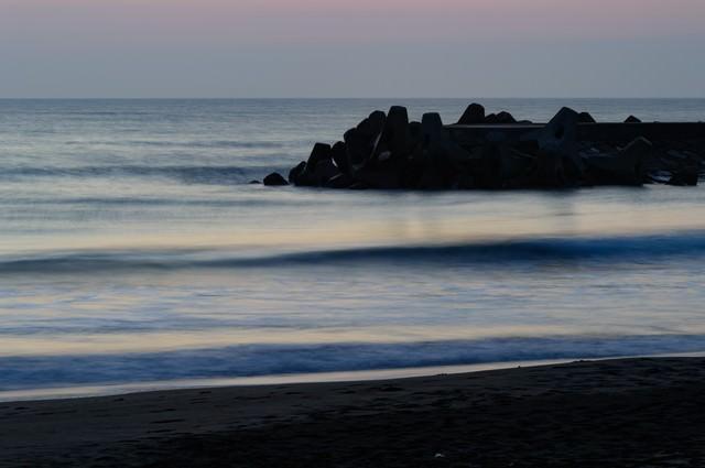 静寂に包まれる一宮海岸と波消しブロックの写真