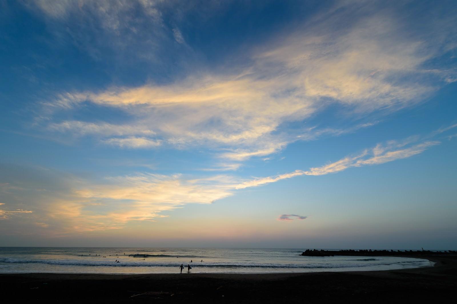 「朝焼けの一宮海岸とサーファー達(千葉県一宮町)」の写真
