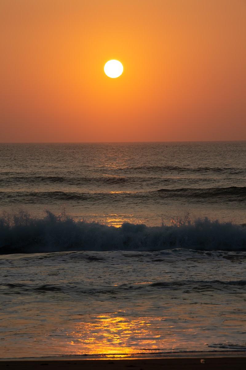 「一宮海岸の朝日と弾ける波(千葉県一宮町)」の写真