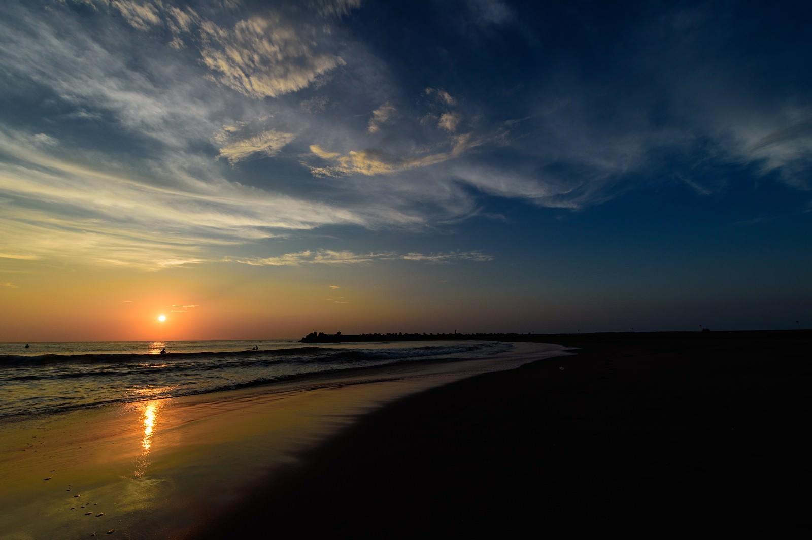 「朝日に照らされる一宮海岸の波打ち際(千葉県一宮町)」の写真