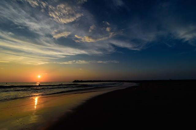 朝日に照らされる一宮海岸の波打ち際(千葉県一宮町)の写真