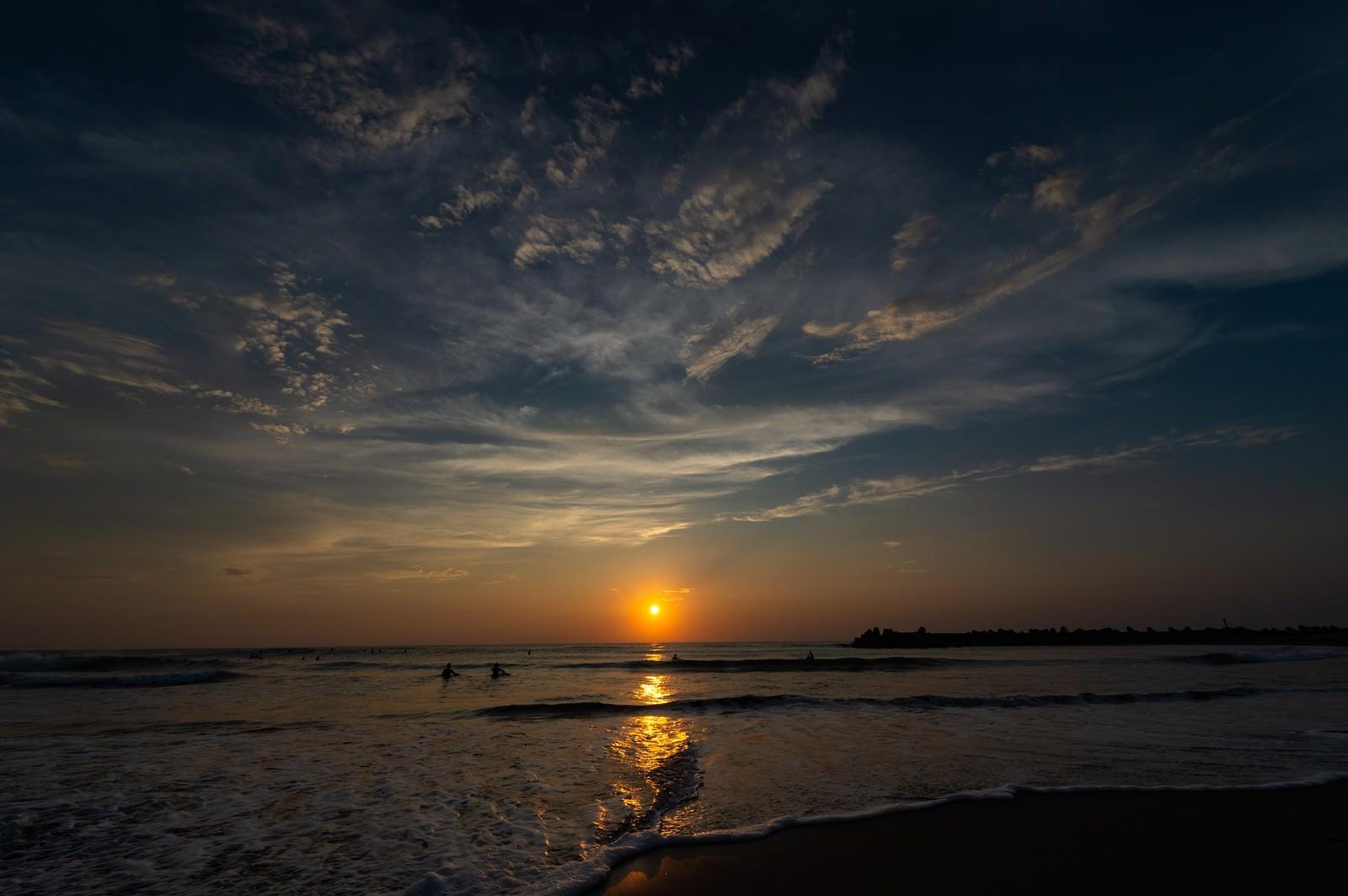 「一宮の海で日の出サーフィン(千葉県一宮町)」の写真