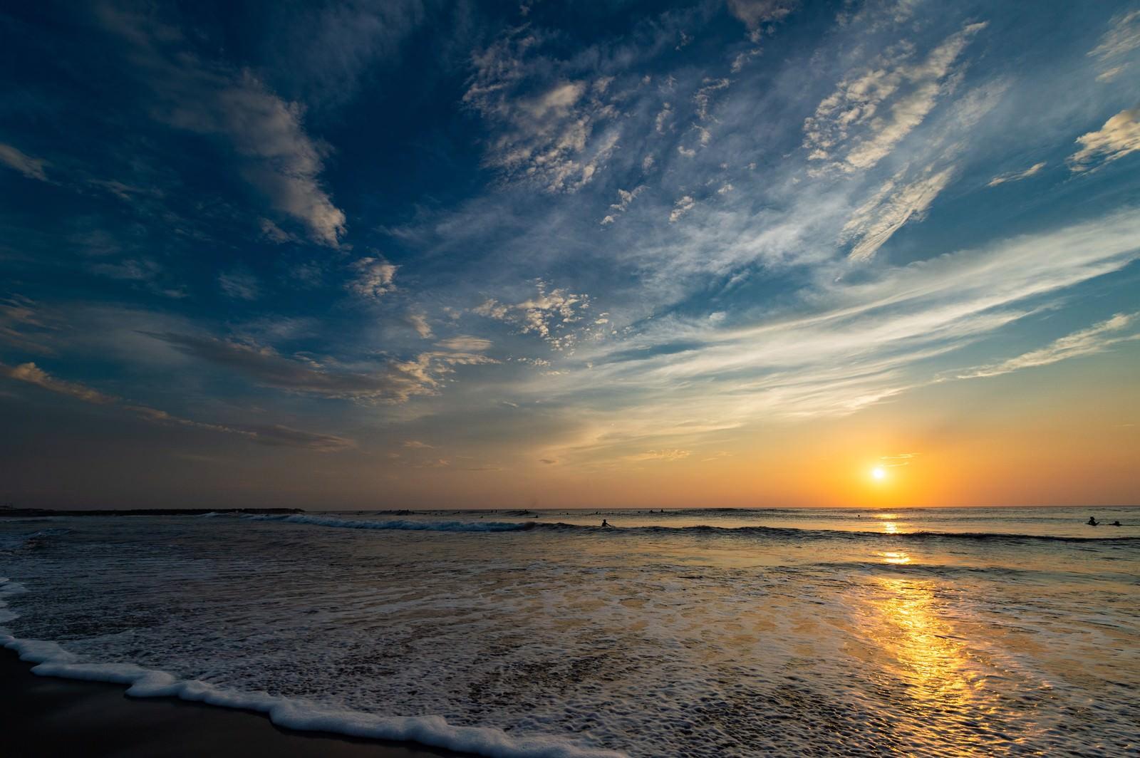 「一宮海岸の海に反射するレイライン(千葉県一宮町ちばけんいちのみや)」の写真