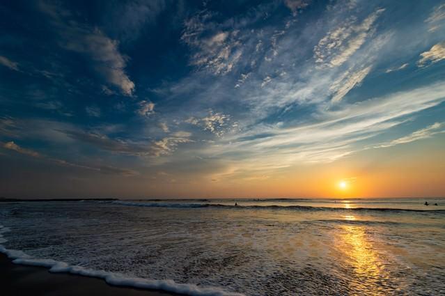 一宮海岸の海に反射するレイライン(千葉県一宮町ちばけんいちのみや)の写真