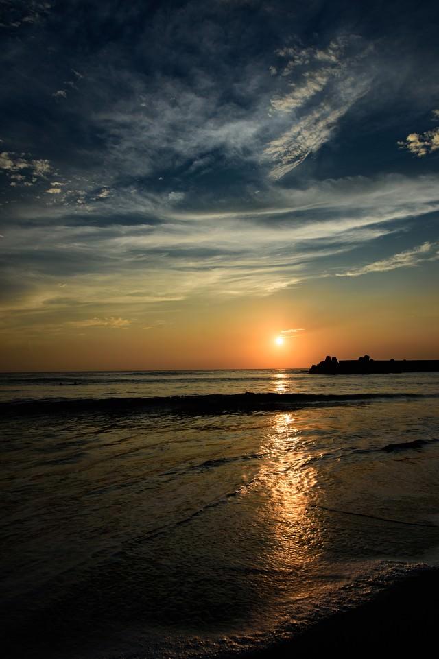 一宮海岸に反射するレイラインを遮る波(千葉県一宮町)の写真