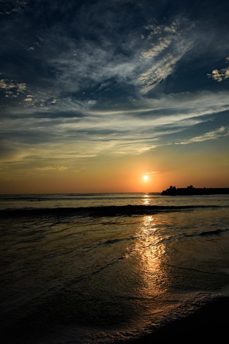 「一宮海岸に反射するレイラインを遮る波(千葉県一宮町)」の写真