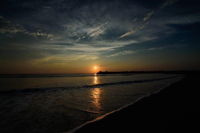穏やかな波の上に繋がるレイライン(千葉県一宮町)の写真